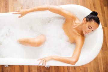 Девушка в ванной во время месячных